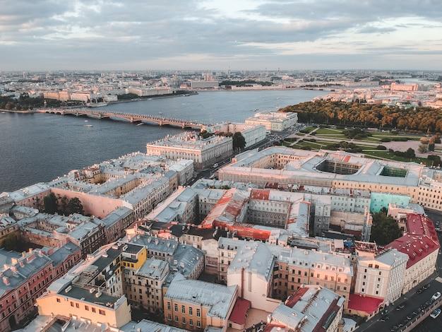 夕日の光の中でネヴァ川の空中写真。川のボートロシア、サンクトペテルブルク