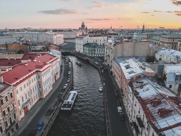 夕日の光の中でモイカ川。川のボート、トップビュー。ロシア、サンクトペテルブルク