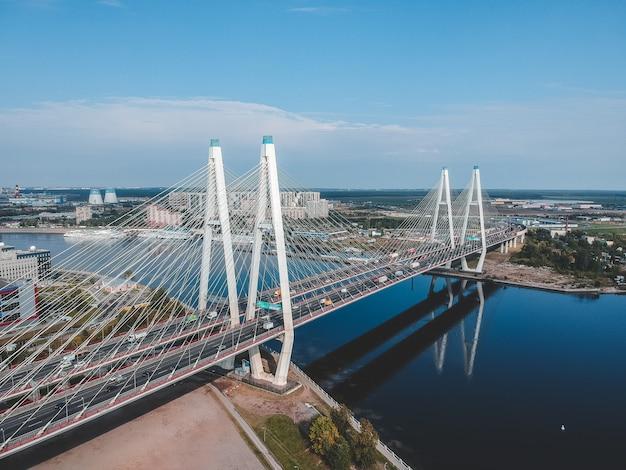 ネヴァ川に架かる空中写真のねじ橋。サンクトペテルブルク、ロシア。フラットリー