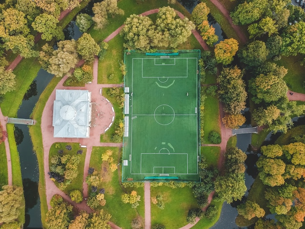 公園、市内中心部、フラットリー、サンクトペテルブルク、ロシアのサッカー場の空中写真。