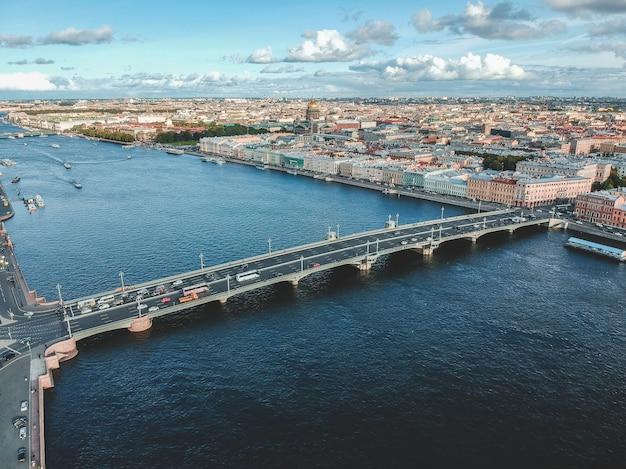 ロシア、サンクトペテルブルク、ブラゴベシチェンスク橋の歴史的中心地、ネヴァ川の空中写真。