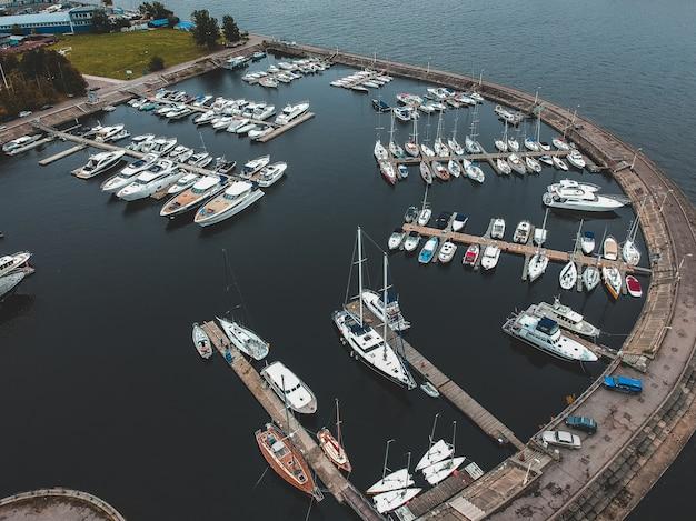 防波堤とヨットクラブ。ヨット、モーターボート、ヨット、バース、桟橋。