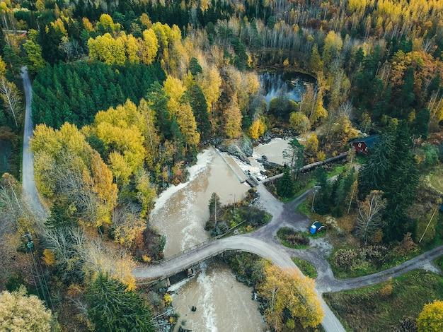 Аэрофотоснимок водопада и речных порогов. фото взято из дрона. финляндия, порнайнен.