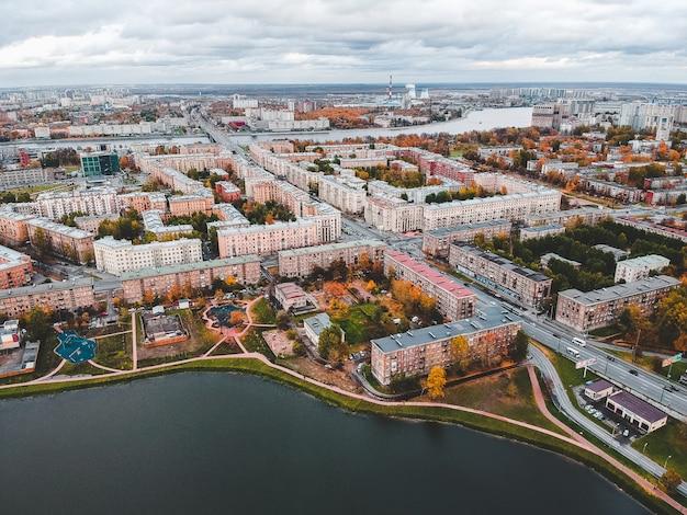 Вид с воздуха на город и озеро. россия, санкт-петербург.