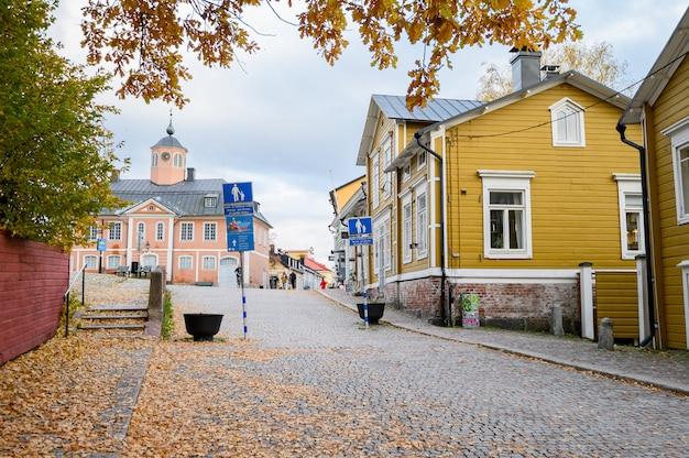 街の中心にある歴史的な家