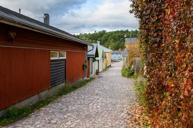 石畳と秋の黄色と赤の葉の通り