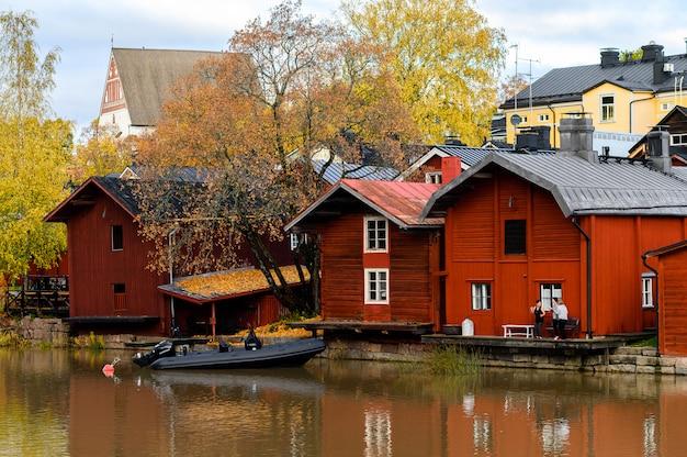 赤い家と納屋と花崗岩の堤防