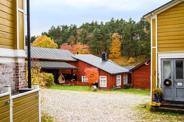 秋の風景、古典的なフィンランドスタイルのカントリーハウス