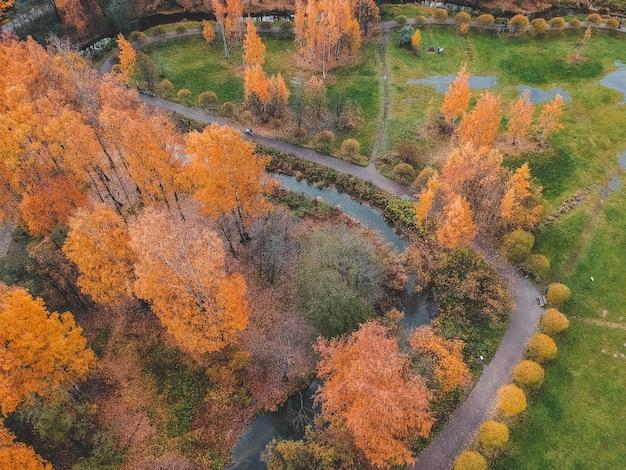 都市の郊外の秋の公園の空撮。サンクトペテルブルク、ロシア。