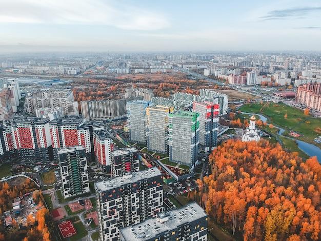 郊外、美しい秋の公園、高層住宅開発の空撮。サンクトペテルブルク、ロシア