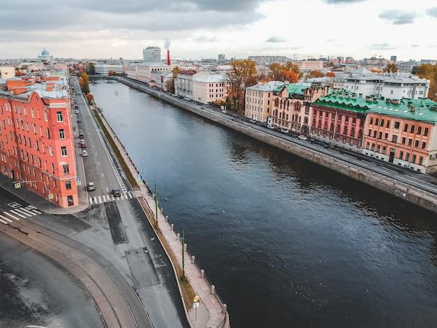 フォンタンカ川、街の歴史的中心部、本物の家々の空撮。サンクトペテルブルク、ロシア。