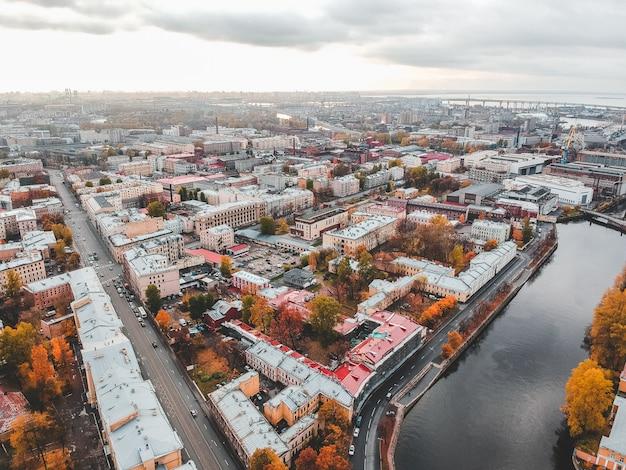 グリボエドフ運河、市内中心部の歴史的な家屋の屋根の空撮。サンクトペテルブルク、ロシア