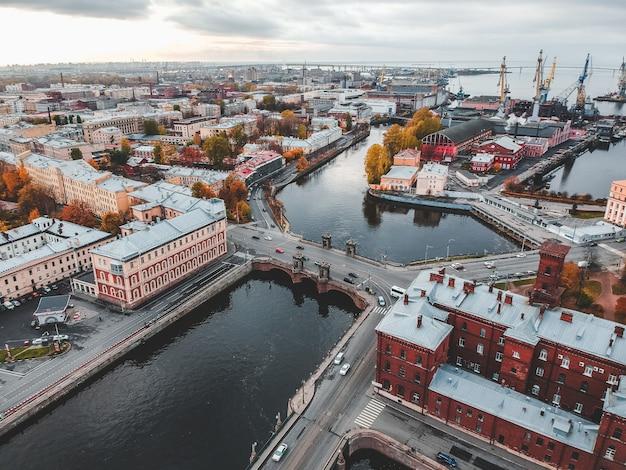 Вид с воздуха на реку фонтанку, исторический центр города, аутентичные дома. санкт-петербург, россия.