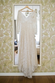 ホテルの部屋での花嫁のドレス。