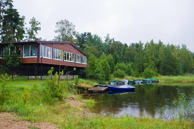 Лодочная станция на берегу красивого озера.