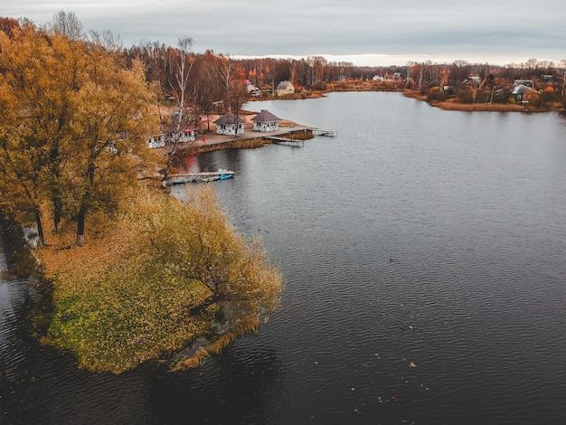 カラフルな秋の森、湖沿いの遊歩道。サンクトペテルブルク、ロシア。
