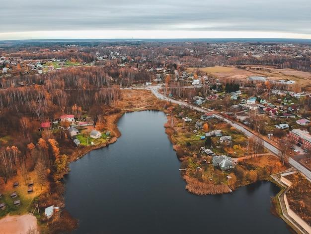 Аэрофотоснимок загородного жилья в осеннем лесу. санкт-петербург, россия.