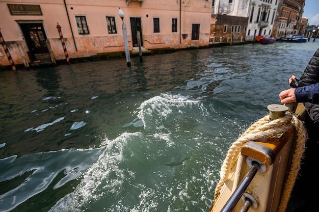 Венеция, италия. швартовная веревка на крыле, вапаретто.