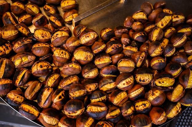 通りでロースト栗の販売、季節の秋の屋台の食べ物。