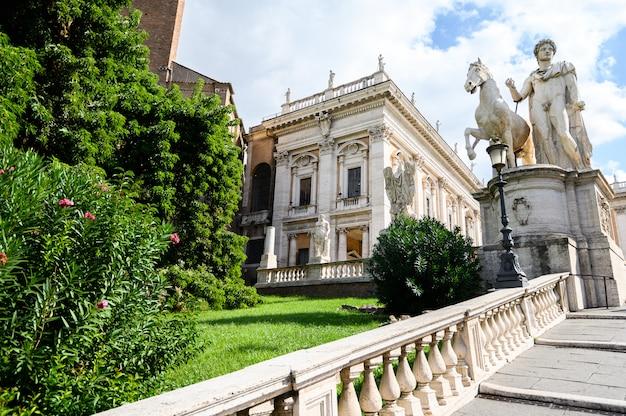 Капитолийский холм, пьяцца дель кампидоглио в риме, италия. римская архитектура и достопримечательность. рим, италия