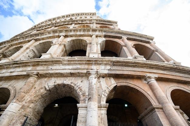 剣闘士の古代アリーナであるコロッセオの内部と外部の詳細。イタリア、ローマ