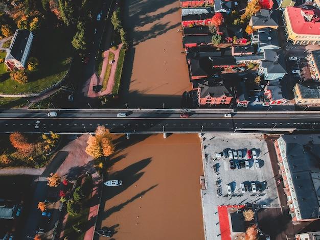 都市の歴史的中心部、ポルヴォンヨキ川に架かる道路橋の空撮