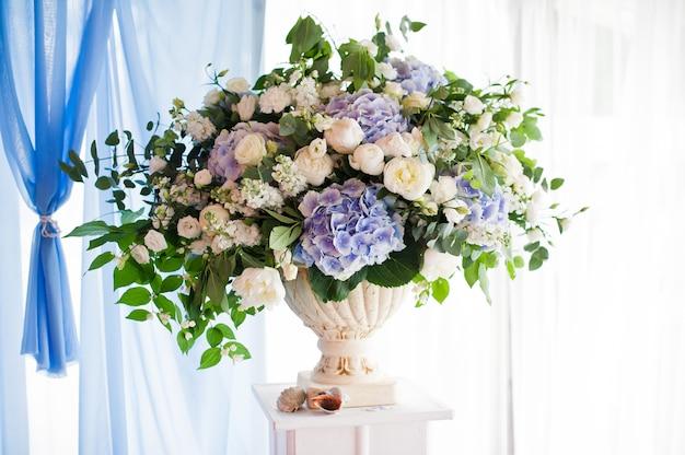 結婚式の宴会で新鮮な花で飾られた花瓶。