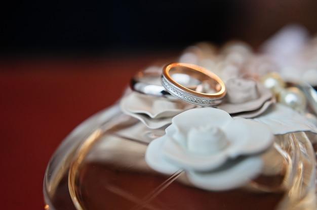 Роскошные обручальные кольца с бриллиантами на цветах