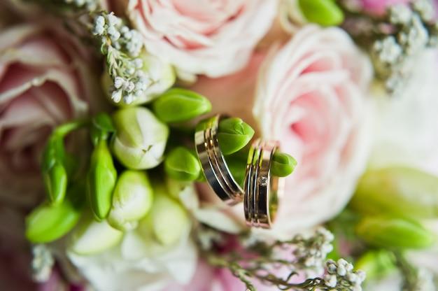 金の結婚指輪、クローズアップ。