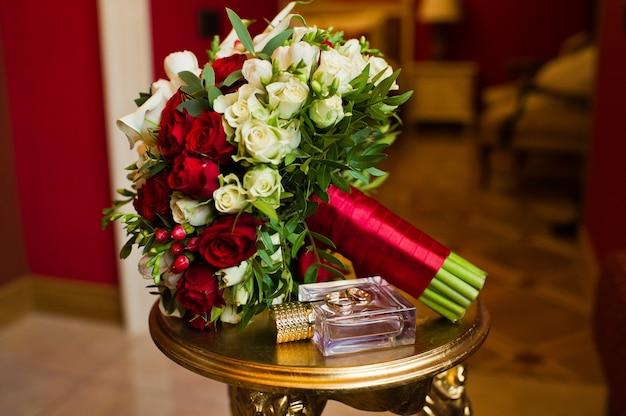白と赤のバラのウェディングブーケ