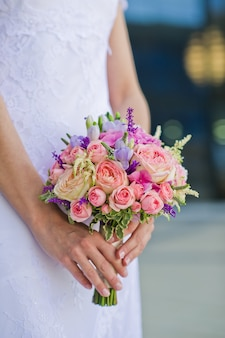 ピンクと白のバラのウェディングブーケ