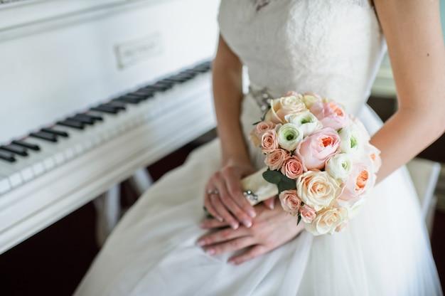 白いバラとピンクの牡丹のウェディングブーケ