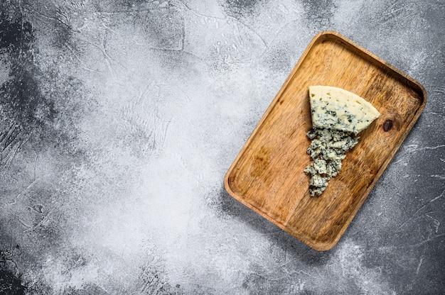 Голубой сыр горгонзола на деревенской деревянной предпосылке. плесень сыр