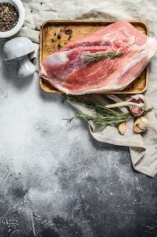 新鮮なポークカット。生肉とスパイス。肩尻部分。灰色の背景。上面図
