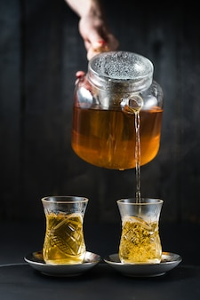 Девушка наливает чай в армуд