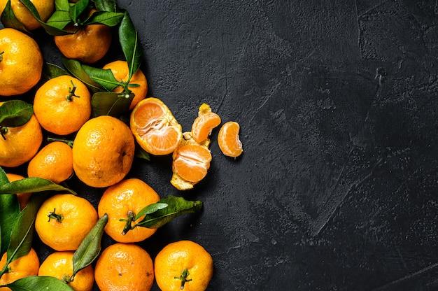 Мандарины, мандарины с листьями.