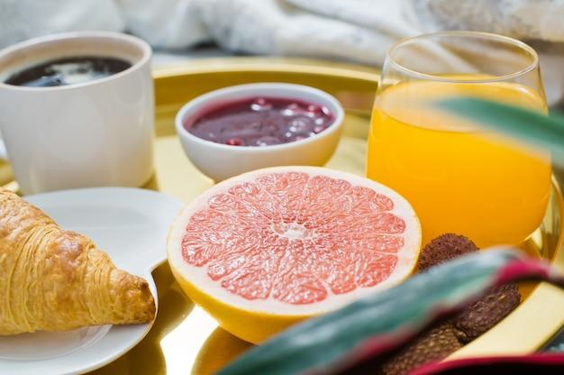 ベッドの中で古典的なフランス式朝食、家の装飾。