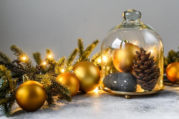クリスマス、モミの枝、クリスマスのおもちゃ。明けましておめでとうございます。