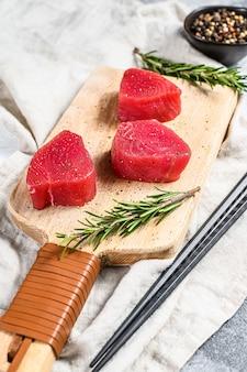生赤マグロのステーキ。灰色の背景。上面図