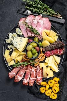Типичный итальянский антипасто с ветчиной, ветчиной, сыром и оливками. вид сверху