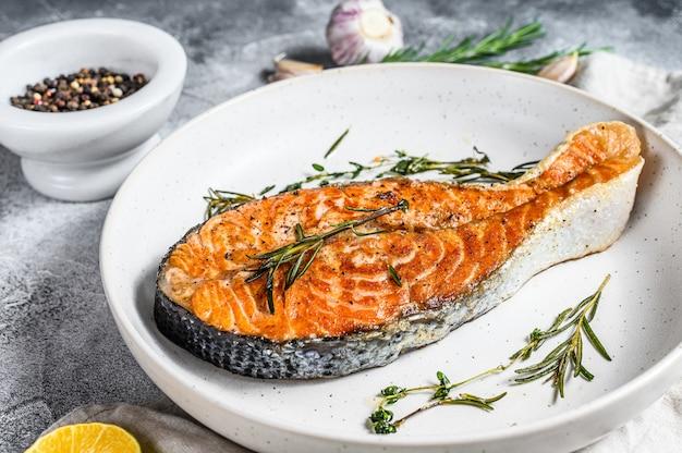 グリルサーモンステーキ。大西洋の魚。上面図