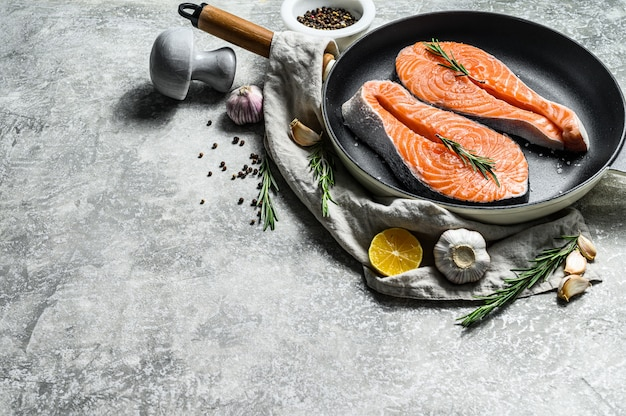 Сырой стейк из лосося в сковороде. здоровые морепродукты. вид сверху