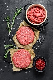 ひき肉のパテ。調理する準備ができている肉のパテ。バーベキューパーティー。農場の有機肉。上面図