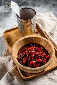 竹のボウルに赤い缶詰の豆。上面図。