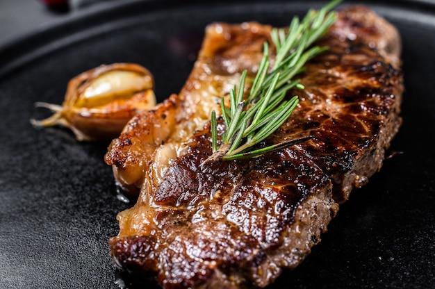 牛肉のロース肉ステーキ。大理石のプレミアムビーフ。閉じる。