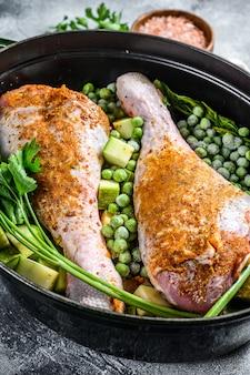 Куриное рагу. рецепт для голеней с петрушкой, горохом, сельдереем и картофелем. вид сверху.
