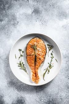 グリルサーモンステーキ。大西洋の魚。上面図。