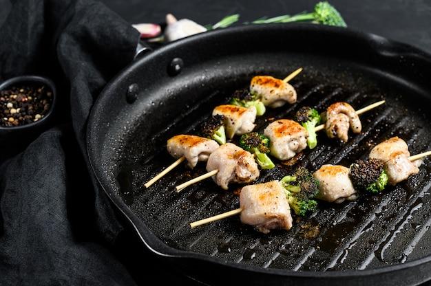 バーベキュー鶏の胸肉の串焼き。ブロッコリ。上面図
