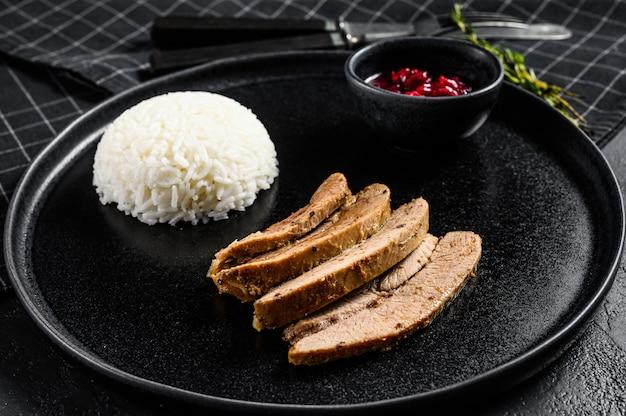 Стейк из турецкой грудки на гриле с гарниром из риса. вид сверху