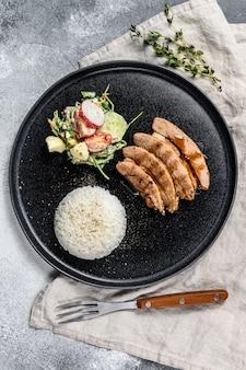 鶏胸肉のグリルステーキ、ご飯を添えて。上面図